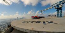 Bolid F1 kręci bączki ponad 200 metrów nad ziemią w Miami (wideo)