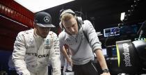 Mercedes wzi�� nadgodziny na napraw� bolidu Hamiltona