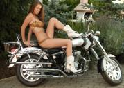 Modelka Lizzy Ryan i chopper XT 125 King
