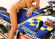 Modelka w bikini ujeżdża Suzuki GSX-R