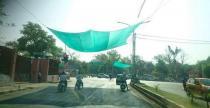 Indyjskie w�adze dbaj� o motocyklist�w - zbawienny cie� na �wiat�ach