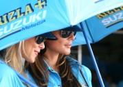 Seksowne dziewczyny z Suzuki Rizla pokazują swoje wdzięki