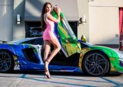 Lamborghini Aventador i modelka
